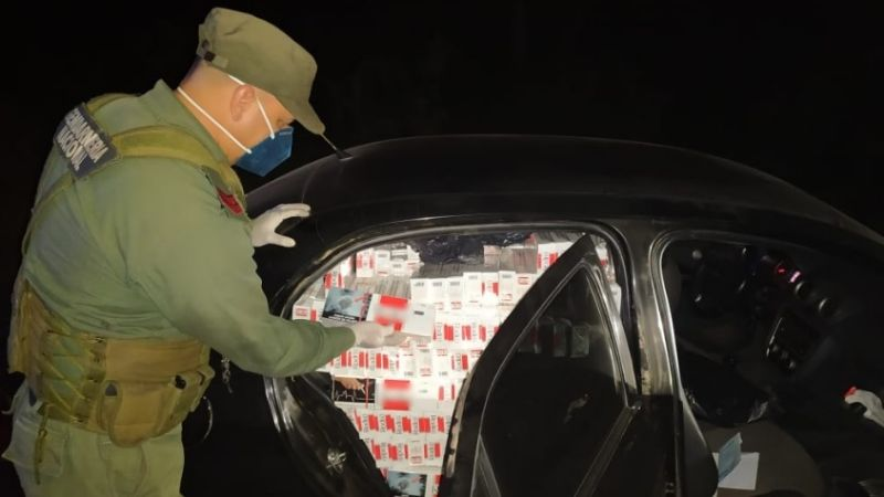 Llevaba su auto repleto de packs de cigarrillos y se los quitaron